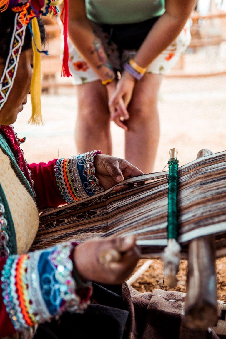 Tourisme solidaire : démonstration d'une femme Sud Américaine qui tisse