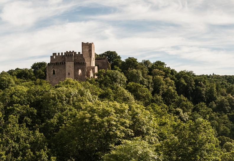 Château de Chalucet au milieu de la foret, en Limousin