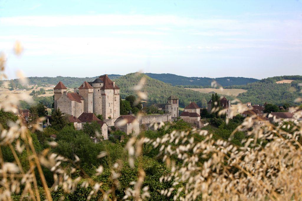 Château de Curemonte en Corrèze vu de loin