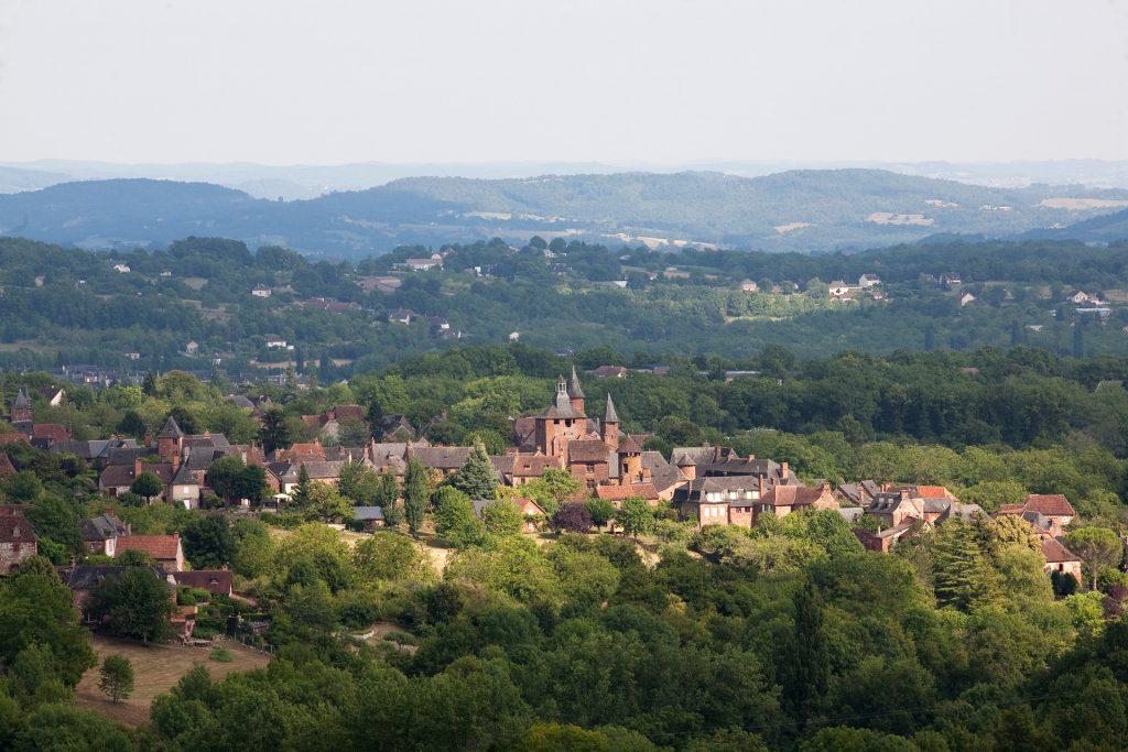 Photo aérienne du village de Collonges La Rouge, en Corrèze, Limousin