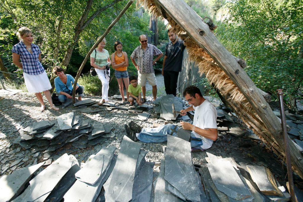 Démonstration de taillage d'ardoise au Pans de Travassac en Corrèze, Limousin