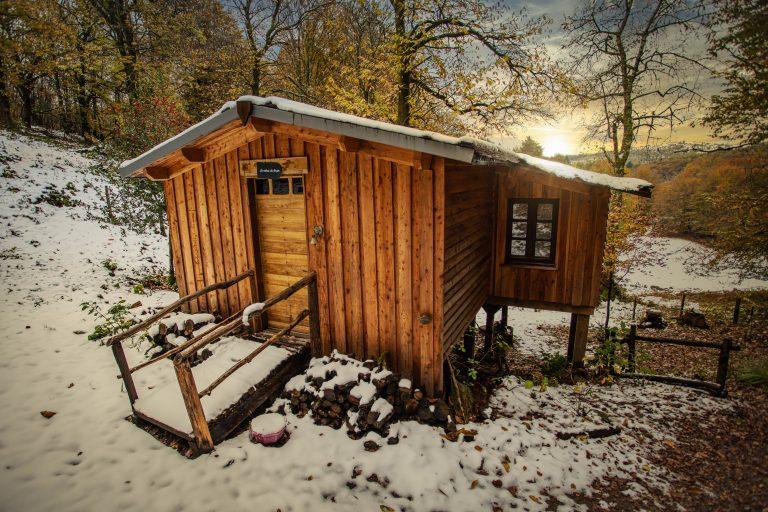Hébergement insolite en Corrèze - Les cabanes au bord du monde - la cabane en hiver