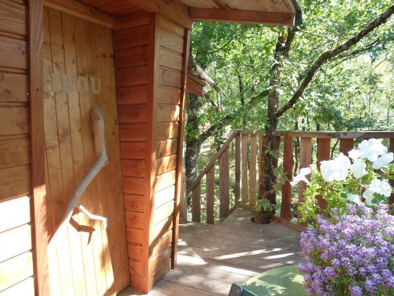 Hébergements insolites en Limousin, Corrèze - Cabanes Silvae : terrasse d'une cabane perchée