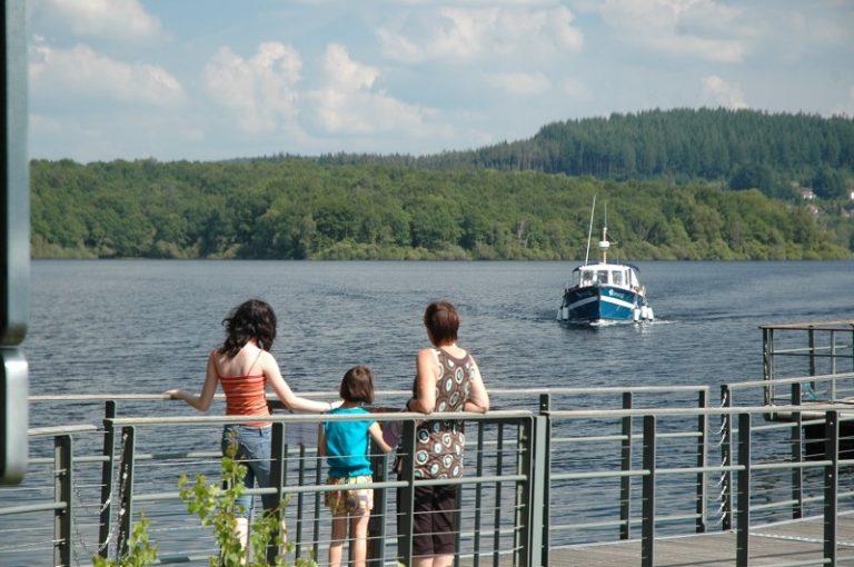 Bateau au lac de Vassivière - Idées d'activités en Limousin