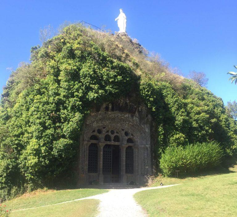 Notre-Dame de Fontanges, chapelle monolithe dans le Cantal, Auvergne