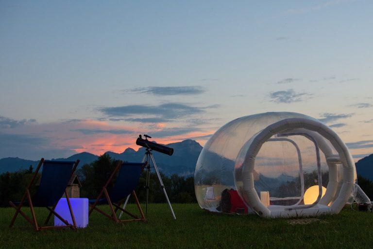 Hébergement insolite dans une bulle au coucher du soleil
