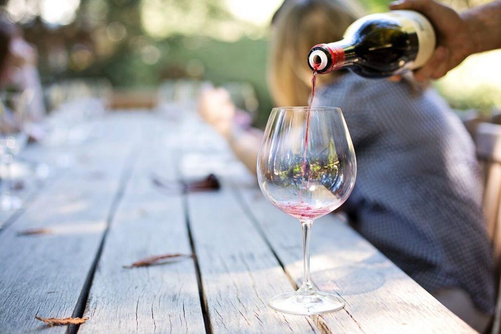 Personne servant un verre de vin - Cours d'oenologie et dégustation vin et spiritueux