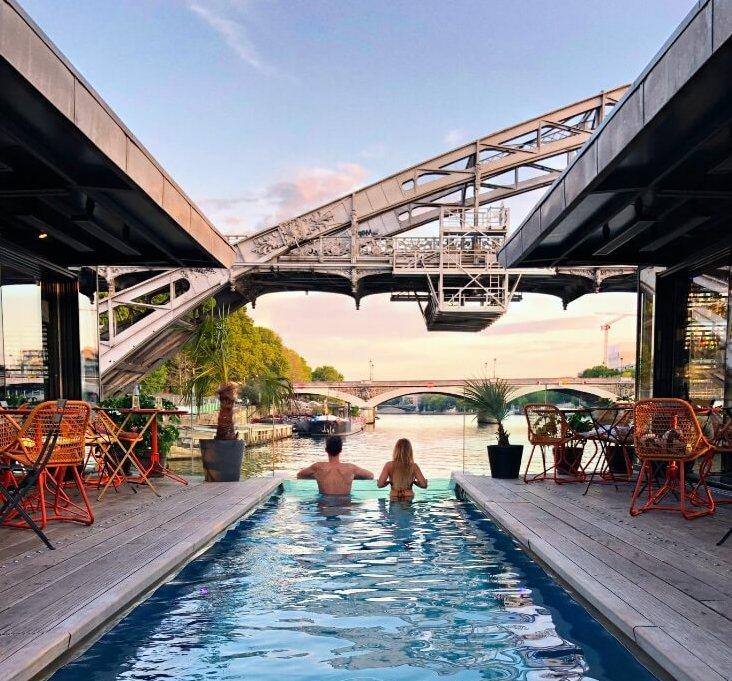 Couple dans une piscine au dessus de la scène dans un hôtel à Paris