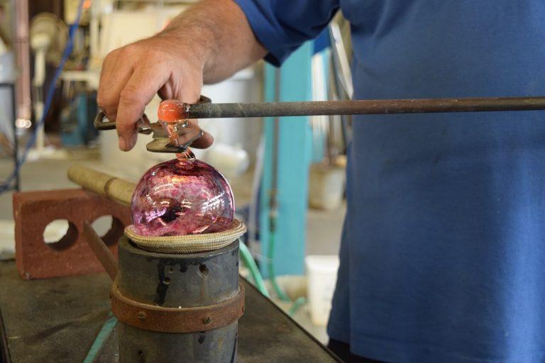 Souffleur de verre dans son atelier